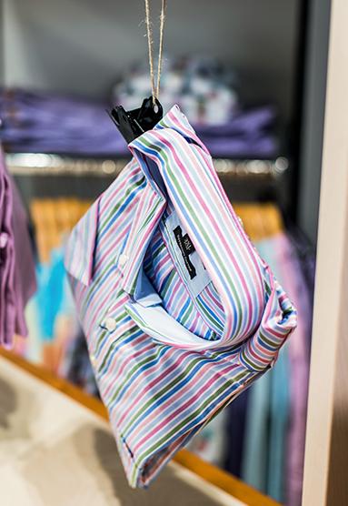 Geschmackvolle Herrenbekleidung wie Hemden und Anzügen
