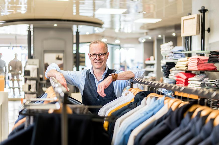 Von lässiger Herrenmode im sportlichen Casual-Look bis zum eleganten Business-Outfit